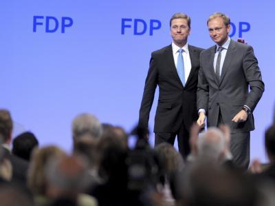 FDP-Chef Westerwelle und Generalsekretär Christian Lindner (r) in Köln. Von einer Konkurrenz zum Parteivorsitzenden will der Jung-Star nichts wissen.