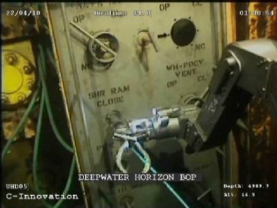 Ein Roboterarm bei Arbeiten an der untergegangenen Bohrplattform.