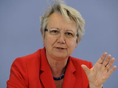 Bundesbildungsministerin Annette Schavan (CDU) will 60 000 Hauptschülern mit Bildungslotsen zu einem Schulabschluss und zum Einstieg in die Lehre verhelfen (Archivbild).