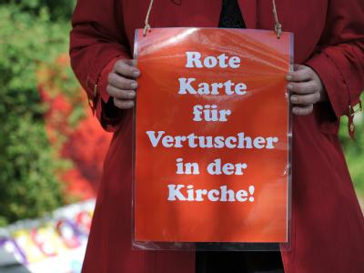 Bisch�fe �berarbeiten Leitlinien - Protestschild