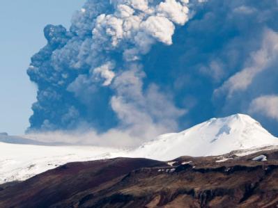 Die Aschewolke des Vulkans am Eyjafjalla-Gletscher auf Island (Archivbild vom 17.04.2010)