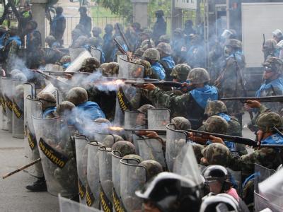 Die Armee feuert Gummigeschosse auf Regierungsgegner