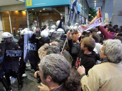 Demonstranten stürmen vor dem Finanzministerium in Athen auf die Polizei zu.