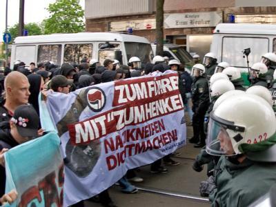 Ein Bündnis Berliner Antifa-Gruppen demonstriert vor einer Neonazi-Kneipe in Berlin-Schöneweide.