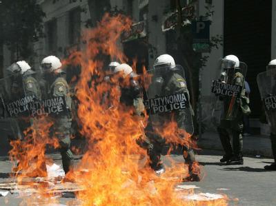 Gewaltsame Zusammenstöße zwischen Polizei und Demonstranten bei den Mai-Demonstrationen in Athen.