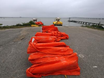 Helfer an der Küste von Mississippi bereiten sich mit Barrieren auf die Ölpest vor.