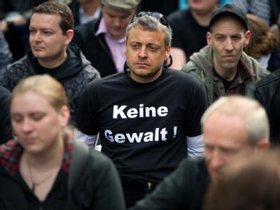 Mit Sitzblockaden demonstrieren Gegner einer NDP-Demonstration in Berlin im Stadtteil Prenzlauer Berg.