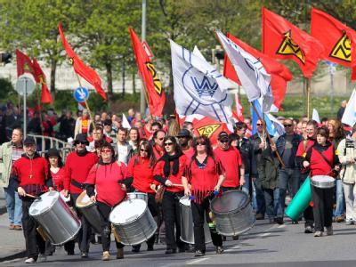 In Rostock demonstrieren mehrere hundert Teilnehmer der Mai-Kundgabung. Der DGB hatte zu der traditionellen Veranstaltung am Tag der Arbeit aufgerufen.