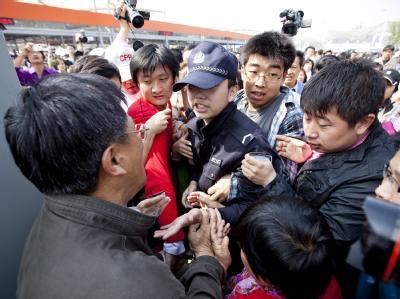 Heftiger Andrang am ersten Besuchertag der Expo in Schanghai.