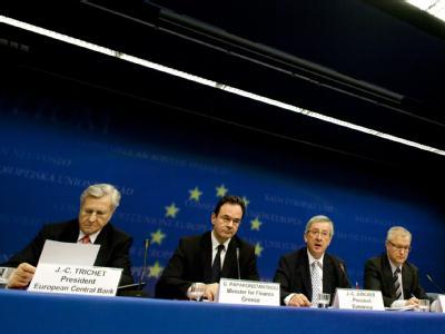 Der Präsident der Europäischen Zentralbank Jean-Claude Trichet, der griechische Finanzminister George Papaconstantinou, Luxemburgs Premierminister Jean-Claude Juncker, und der EU-Währungskommissar Olli Rehn.