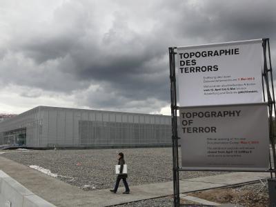 Dunkle Wolken über dem Gelände des ehemaligen Reichssicherheitshauptamtes (RSHA) mit dem neuen Ausstellungsgebäude