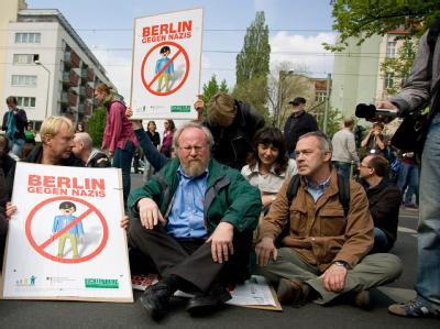 Berlins Integrationsbeauftragter Günter Piening (l) und Bundestagsvizepräsident Wolfgang Thierse (M, SPD) bei einer Sitzblockade gegen die Nazi-Demo in Berlin.