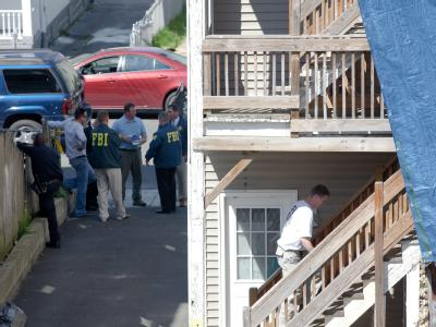 FBI-Ermittler durchsuchen ein Haus in Bridgeport im US-Bundesstaat Connecticut, wo der mutmaßliche Times-Square-Bomber gewohnt haben soll.