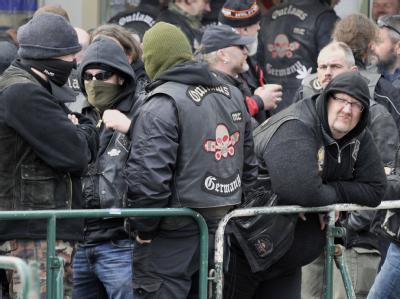 Mitglieder der Rocker-Vereinigung Outlaws haben sich vor dem Landgericht in Kaiserslautern versammelt.