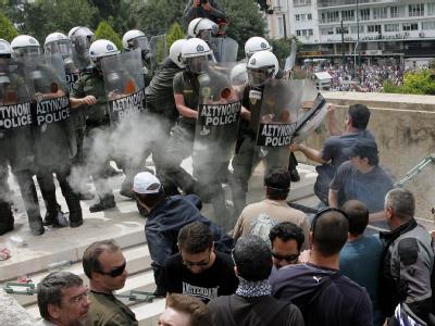 Demonstranten attackieren die Polizei vor dem griechischen Parlament in Athen.