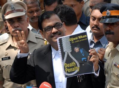 Freudestrahlend tritt Staatsanwalt Ujjwal Nikam nach der Urteilsverkündung vor die Presse.