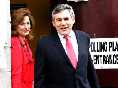 Premierminister Gordon Brown gab in North Queensferry seine Stimme ab.