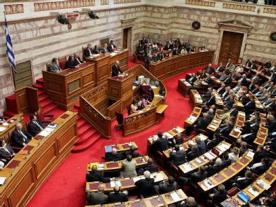 Der griechische Ministerpräsident Papandreou spricht während der Debatte über das umstrittene Sparpaket.