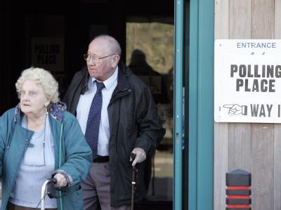 Wähler verlassen das Wahllokal in Großbritannien.