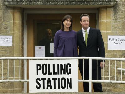 Der Führer der Konservativen, David Cameron, mit seiner Frau vor einem Wahllokal.