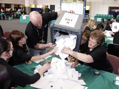 Der Andrang auf die Wahllokale war groß, in manchen Stimmbezirken gingen sogar die Wahlzettel aus. Anderorts kamen Hunderte Wähler nicht mehr zum Zug und wurden weggeschickt - ein juristisches Nachspiel bahnt sich an.