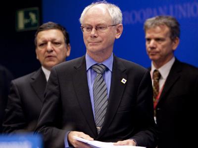 EU-Ratspräsident Herman Van Rompuy (M) und Kommissionspräsident José Manuel Barroso (l) wollen den Euro verteidigen.