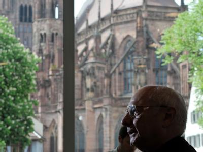 Der Vorsitzende der katholischen deutschen Bischofskonferenz, Robert Zollitsch, bei einer Pressekonferenz zum Thema Bischof Walter Mixa.