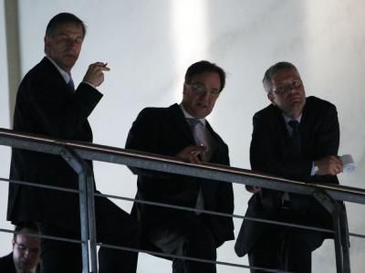 Zigarettenpause: Der Generalsekretär der NRW-CDU, Andreas Krautscheid, Familienminister Armin Laschet und Bundesumweltminister Norbert Röttgen (v.l.) meditieren über das Wahlergebnis.