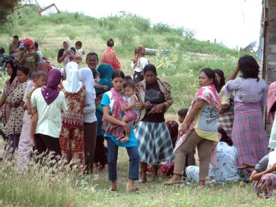 Nach einem Erdbeben in Aceh haben sich Bewohner ins Freie gerettet.
