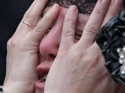 Eine Frau trauert um ihren bei dem Grubenunglück ums Leben gekommenen Mann.