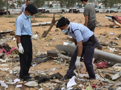 Libanesische Rettungsteams untersuchen die Wrackteile des in Tripolis abgestürzten Afriqiyah Airways Flugzeuges.