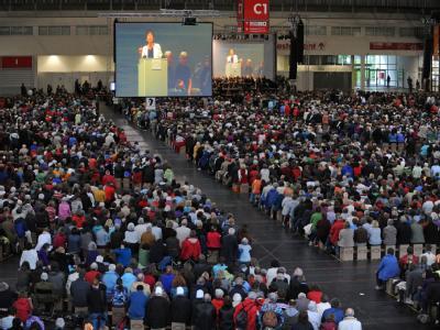 Zahlreiche Gläubige nehmen an einer Bibelarbeit mit der ehemaligen  Ratsvorsitzenden der Evangelischen Kirche in Deutschland, Margot Käßmann, teil.
