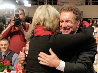 Man hat sich lieb auf dem Parteitag der Linken: Die neuen Parteivorsitzenden Gesine Lötzsch und Klaus Ernst.