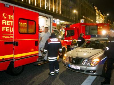 Rettungskräfte am Freitag nahe des Tatorts in Hamburg.