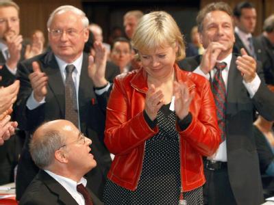 Der Fraktionsvorsitzende der Linkspartei im Bundestag, Gregor Gysi (sitzend), der scheidende Vorsitzenden Oskar Lafontaine und die neuen Parteivorsitzenden Gesine Lötzsch und Klaus Ernst (v. l. n. r.).