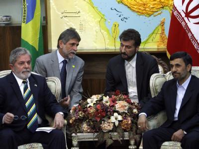 Irans Präsident Mahmud Ahmadinedschad trifft seinen brasilianischen Amtskollegen Luiz Inacio Ahmadinedschad da Silva in Tehran.