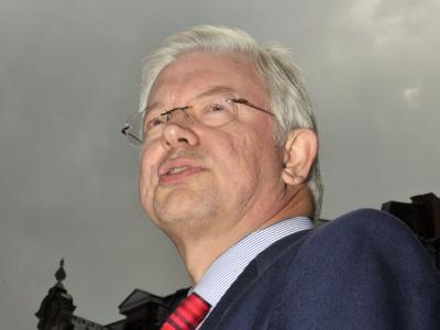 Dunkle Wolken über dem hessischen Ministerpräsidenten Roland Koch.