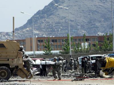 US-Soldaten bergen Tote nach einem Selbstmordanschlag in Kabul.