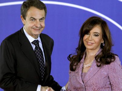 Der spanische Ministerpräsident  José Luis Rodríguez Zapatero begrüßt die Präsidentin Argentiniens, Cristina Elisabet Fernández de Kirchner, beim Gipfel der EU und Lateinamerikas in Madrid.