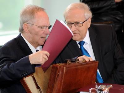 Bundesfinanzminister Wolfgang Schäuble (CDU, l) und Bundeswirtschaftsminister Rainer Brüderle (FDP) am Kabinettstisch.