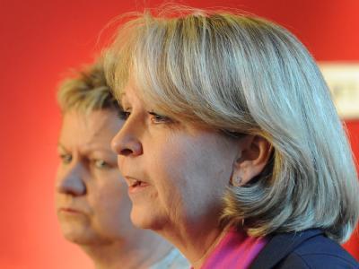 Die Fraktionsvorsitzende der NRW-SPD, Hannelore Kraft (r), und die Fraktionsvorsitzende der NRW-Grünen, Sylvia Löhrmann.