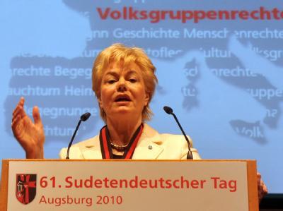 Vertriebenen-Chefin Erika Steinbach hat Kanzlerin Merkel wegen ihrer klaren Distanzierung vom umstrittenen Bundesbankvorstandsmitglied Thilo Sarrazin kritisiert (Archiv).