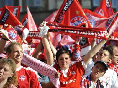 Bayern-Fans feiern vor dem Neuen Rathaus in München.