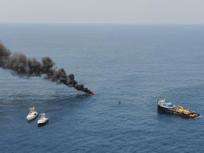 Rettungskräfte kämpfen weiter gegen die Ölpest im Golf von Mexiko, unter anderem mit kontrollierten Bränden. (Foto: US Coast Guard)
