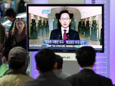 Zuhörer lauschen am Bahnhof von Seoul einer Rede des südkoreanischen Präsidenten Lee Myung Bak, in der dieser Maßnahmen gegen Nordkorea verkündet.