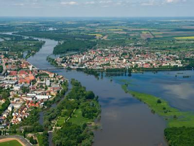 Blick aus einem Flugzeug flussabwärts auf den deutsch-polnischen Grenzfluss Oder.