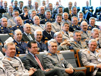 Guttenberg mit Bundeswehr-Offizieren