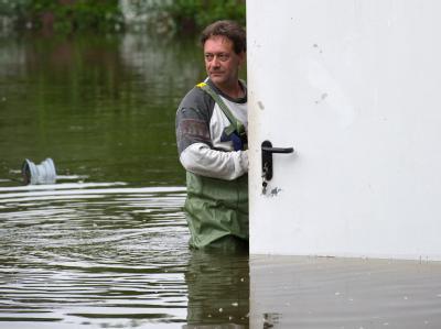 Bis zur Hüfte im Hochwasser in Frankfurt (Oder). Der Pegel des Flusses soll auf etwa 6 Meter ansteigen.