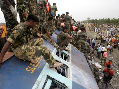 Nach einem Anschlag auf einen Zug in Indien ist die Zahl der Todesopfer auf 98 gestiegen.