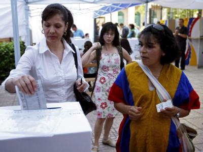 Exil-Kolumbianerinnen geben in Madrid ihre Stimme für die Präsidentenwahl ab.